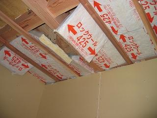天井断熱材の取り付け