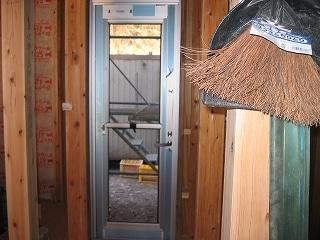 勝手口ドアの仮設置