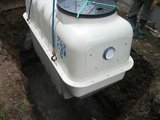 浄化槽をユンボで設置
